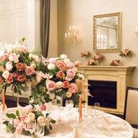 邸宅のお部屋のようにアンティークな鏡や暖炉があり一層、特別なおもてなしを演出する