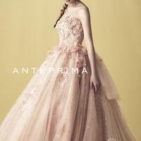 クリエイティブディレクターが愛に包まれて優しく輝く花嫁をイメージしながら創造した優美なドレスの数々