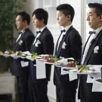 サービスマンが一斉に料理をご提供する…一見シンプルだけれどもインパクトのある上級のおもてなし演出