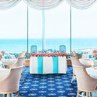 壁2面が窓で、どの席からも海の景色を贅沢に楽しむことができる会場は、ご会食にぴったり。