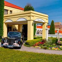 5400坪の敷地にはルネッサンス様式の大聖堂と、プライベートガーデンをもつ邸宅が点在します。