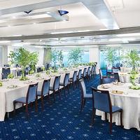 紺碧のじゅうたんに白い壁、地中海をイメージしたパーティ会場も窓から海を見渡すことができる。