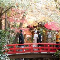 うかい鳥山名物花嫁行列。庭園を練り歩き、朱色の橋を渡り、ゲストの元へ向かう感動的な幕開け。