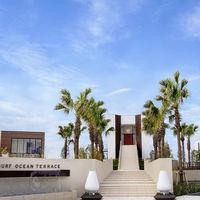 モダンなリゾート会場。 左がレストラン棟、真ん中がホール棟、 右がバンケット棟の3棟からなる会場。