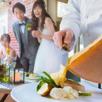 旬の食材にラクレットチーズをたっぷりとかけて温かなおもてなしを