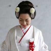 ご自身の髪で結う「日本髪」は、白むく姿によく似合います。かんざしの代わりに、ピンポンマムを使うと可愛らしさがぐっと引き立ちます。