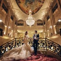 エントランスホールのバルコニーは、花嫁のお父様から新郎様へバトンタッチを行うセレモニーの感動のステージ