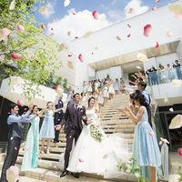 挙式の後は開放感あふれる大階段で祝福のフラワーシャワー♪