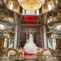 ミラーとシャンデリアのまばゆい輝きが花嫁の美しさを一層際立たせます