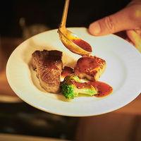 【Wel'evo(ウェレヴォ)】出来立ての料理に温かいソースをその場でかけてご提供。待ち時間の期待がどんどん膨らむ。
