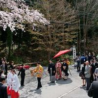 ゲスト以外からも祝福の声がかけられる 花嫁行列は一生忘れられない感動体験