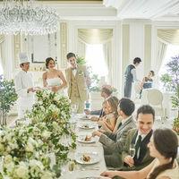 テーブルの真ん中をグリーンや花々で贅沢に飾り付けた、流しテーブルのレイアウト