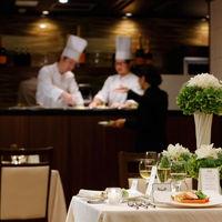 【料理】隣接のオープンキッチンで作られる美食の数々。サーブされるタイミングも絶妙でホスピタリティの高さがゲストに好評。