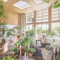 【アモリ―ル】天井が高くテラスから自然光が入るナチュラルな会場☆木のぬくもりが温かく落ち着く会場でアットホームなパーティーを♪