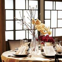 胡蝶蘭の持つ上品な雰囲気が映える、シンプルで木の温もり溢れる会場。