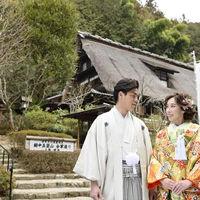 広大な敷地でのお写真撮影は奥高尾でしか撮れない情景が広がっております♪ 非日常的なロケーションはゲストにも喜ばれます! 散策して楽しい日本庭園♪  富山の五箇山から移築された、歴史ある【合掌造り】をバッグに!! 迫力のある素敵なお写真を撮影できます♪