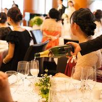 ひらまつオリジナル乾杯酒をサーブ。まもなく祝宴がスタートします。
