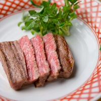 ゲストの前で豪快に焼き上げる炭火焼は不動の人気を誇る看板メニュー! おひとりずつ焼き加減をお伺いさせて頂き、焼手が丁寧に焼いていきます♪  その時期ごとに厳選された牛肉はゲストの心にも残るおもてなし♪
