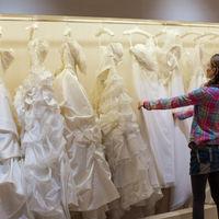 結婚式までのご準備の第一歩は衣装選びから。。。ウェディングドレス、カラードレス、和装などたくさんの種類の中からこだわりの1着を選んでください♪