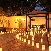 パティオ(中庭)に灯るキャンドルで幻想的なナイトパーティを
