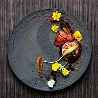 フレンチと和食を融合した「フレンチジャポネ」が大人気!ゲストのお顔を想像しながらお料理を決めていきます