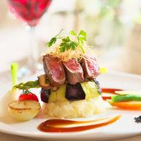 【料理】芸術品のように鮮やかな逸品がテーブルを彩る。味付けと盛り付けにこだわる料理にゲストも大満足。