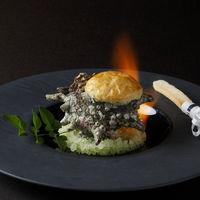 さざえのフリカッセ こちらは炎が付いたままゲストのお手元に届くという、演出付きの前菜。