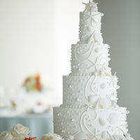 専任のパティシエがオリジナルウェディングケーキを作成。おふたりのこだわりを気軽に相談して。