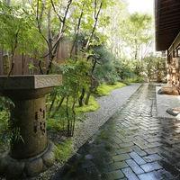 披露宴会場に面した日本庭園。