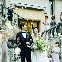 チャペルでの挙式後は花嫁憧れのフラワーシャワーを。列席の皆さまからの祝福を浴びる、至福のとき。