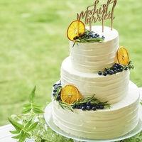 ドライフルーツやブルーベリーを使ったナチュラルな雰囲気のケーキ