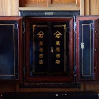 お酒の問屋時代に使われていた重厚な金庫は壁に埋め込まれ、特別な雰囲気に惹かれる