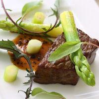 特別な日を彩る婚礼料理は、フレンチをベースに和の要素を取り入れた箸で食べることのできるオリジナルスタイル。