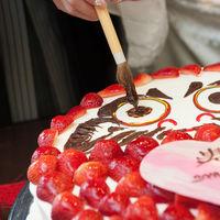 和婚ならではの達磨ケーキに目入れ