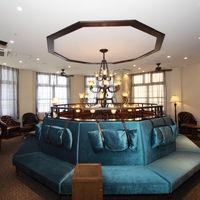 ザ・グローレジデンス専用控室 円形のカウンターを設けお洒落に待つことができる専用控室  ブルーの円形ソファーがオシャレな雰囲気