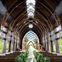 天井高13.5mの開放的な空間いっぱいに、聖歌隊の生演奏が響きわたります。
