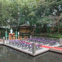 歴史ある庭園に能舞台が完成。 水上での挙式は厳粛な中、想い出深いものに。