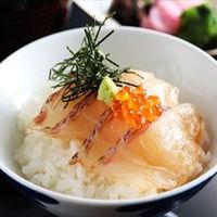 名物料理 鯛の漬け小丼は絶品