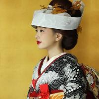 鶴は一度夫婦になると一生添い遂げることから、お着物にあしらわれることが多い柄。そんな鶴の柄を、角隠しやかんざしで細部まで表現した想いを込めた花嫁衣裳。
