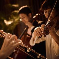 四重奏の生演奏と、聖歌隊の歌声が堂内に響き渡る感動のシーン