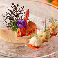 華やかな彩りと丁寧な盛り付けで五感で楽しめる料理の数々