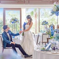 結婚式に必要な「白」が基調になった会場【1Fカーサ・フリージア】 壮大な大階段からのご入場や壁一面に広がる大迫力の大型スクリーンで「花嫁の憧れ」が叶います