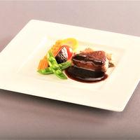 オーストラリア産牛フィレ肉のステーキ シャンピニオンアラクレームと赤ワインソース