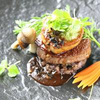 メインディッシュのお肉料理は、フォアグラやトリュフを贅沢に使ったお料理はいかがですか? ソースを和風にすれば、ご年配にも喜ばれます。