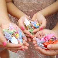 両手いっぱいの折り鶴