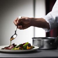 美味しいお料理がご提供できる秘密は、匠なシェフが披露宴会場に併設しているキッチンだからこそ。