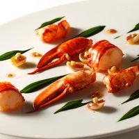 フランス・ブルターニュ産のオマール海老を使用した贅沢な一皿。