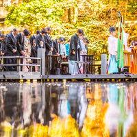 水上に浮かぶ能舞台の上で執り行われる 神前結婚式。 水上に神様も舞い降り、二人の結婚を見届けます。