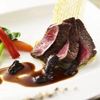 【国産牛フィレ肉のステーキ 温野菜添え 赤ワインソース】エスタシオン・デ・神戸限定の赤ワインを使用し、作った赤ワインソースはお肉ともワインとも相性ばっちり