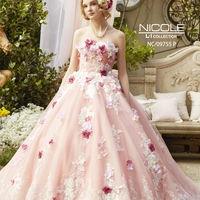 立体的なお花とキラキラの刺繍がほどこされたロマンティックなドレス。